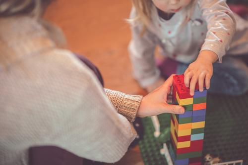 jetzt wird drinnen gespielt Spielen zu hause bleiben Zusammenhalt Mutter mit Kind Tochter corona Spielzeug Familie Zusammensein Freude Eltern Mädchen Liebe