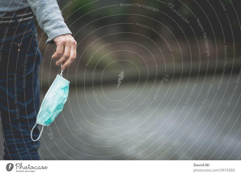Coronavirus Frau mit Atemschutzmaske in der Hand Quarantäne karantäne atemmaske Vorsichtsmaßnahme Angst leichtsinnig Verbot ansteckend Virus infektiös
