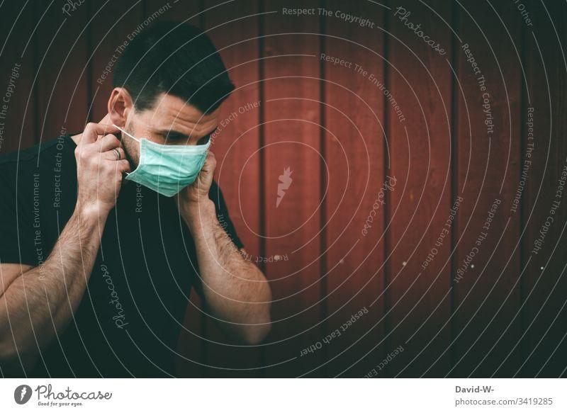 Coronavirus Mann mit Atemschutzmaske epedemie worst case Mundschutz Quarantäne karantäne Vorsichtsmaßnahme Angst hinweisen Verbot Virus infektiös Infektion