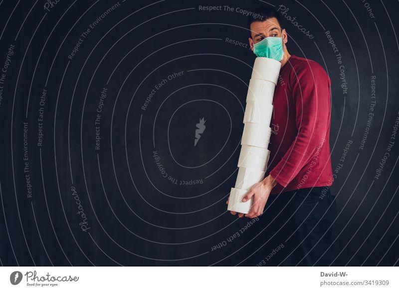 Coronavirus Hamsterkäufe Toilettenpapier Mann mit Atemschutzmaske hamsterkäufe ausverkauft Virus Mundschutz Infektion Infektionsgefahr Angst Seuche Pandemie