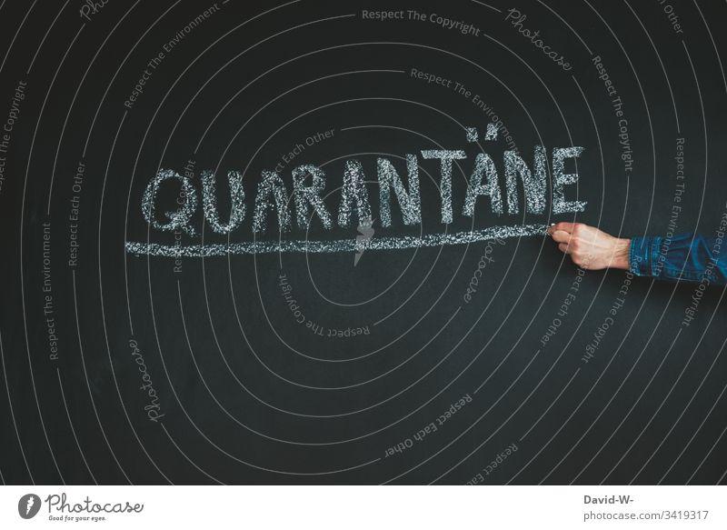 Coronavirus Quarantäne Wort unterstrichen ausgangssperre karantäne Vorsichtsmaßnahme hinweisen Verbot Hand Virus Infektion Infektionsgefahr Mann Angst Seuche