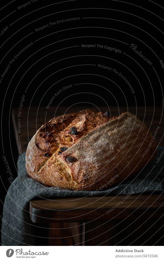 Frisches Bauernbrot auf dem Tisch Brot Brotlaib Lebensmittel frisch Kunstgewerbler selbstgemacht lecker rustikal Bäckerei Kruste geschmackvoll Mahlzeit