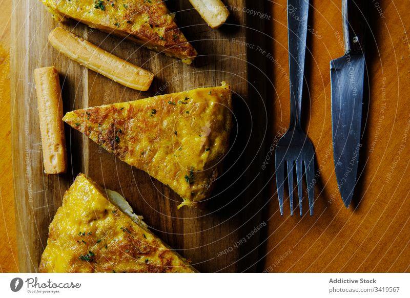Frisches Stück schmackhafter Kuchen auf dem Tisch Scheibe Pasteten Omelett Spanisch Kartoffel Speise gebacken geschmackvoll golden hölzern Lebensmittel lecker