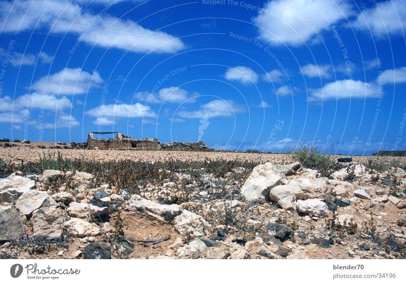 Ruine am Horizont Geröll Ödland Einsamkeit Dürre Fuerteventura Kanaren Weitwinkel Europa Stein Himmel blau Wüste