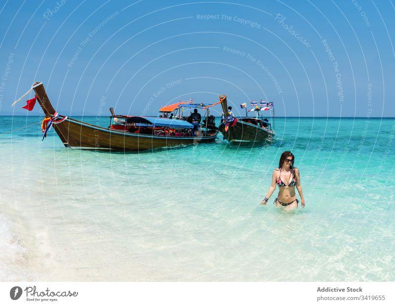 Junge Frau im Bikini am Sandstrand Strand MEER sich[Akk] entspannen tropisch Sommer Feiertag reisen Paradies Natur jung Meer Wasser Sonne Badeanzug genießen