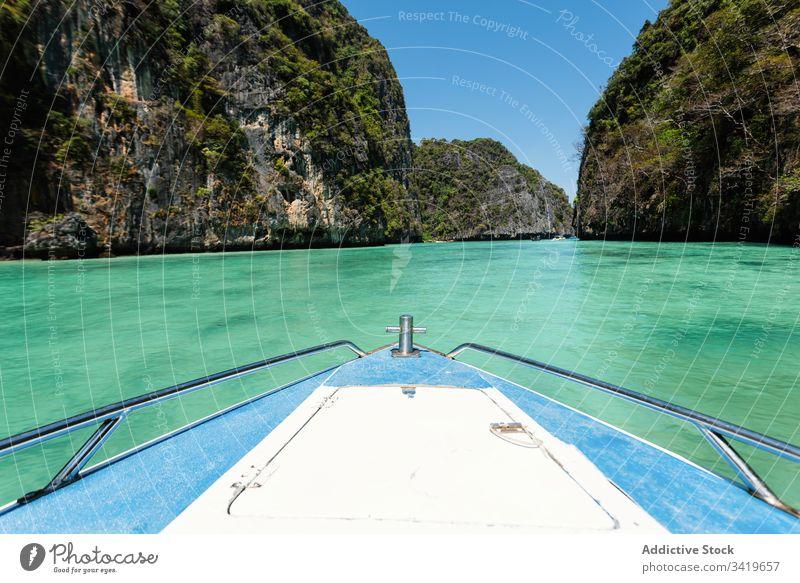 Auf einer wunderschönen Lagune schwimmendes Boot MEER Berge u. Gebirge Insel Natur Meer Wasser reisen Sommer Paradies türkis tropisch Tourismus Sonne Abenteuer