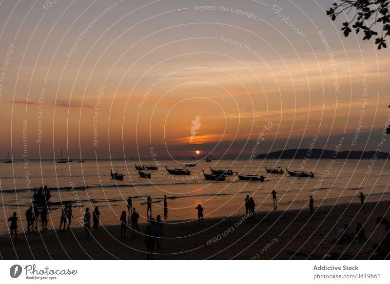 Menschen am Abend an der Küste des Ozeans Sonnenuntergang Strand MEER Boot Meer Natur Wasser reisen Urlaub Himmel winken tropisch Paradies Abenddämmerung Gefäße