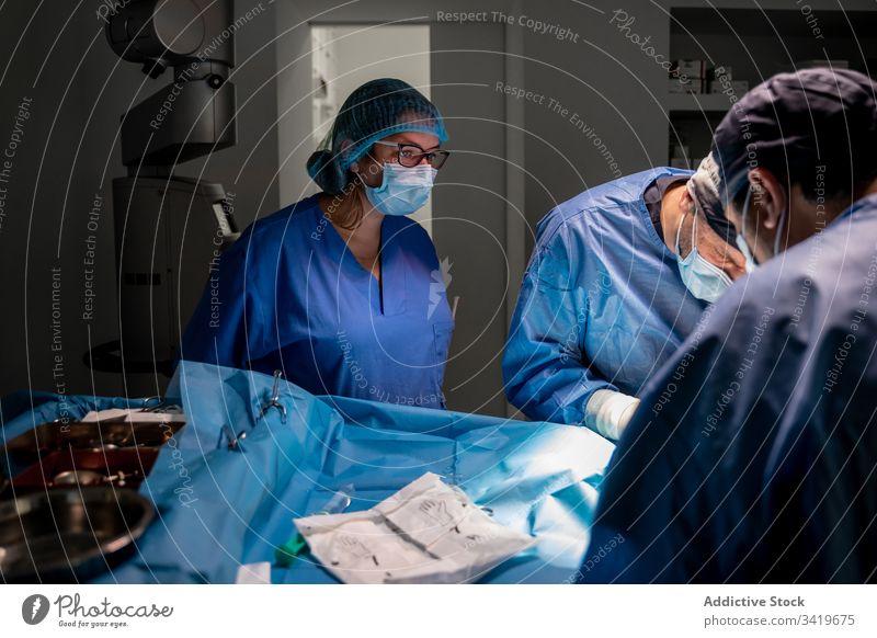 Medizinisches Personal während der Operation in einer modernen Klinik Chirurg Chirurgie Krankenhaus Sanitäter Arzt Behandlung chirurgisch Krankenpfleger Arbeit