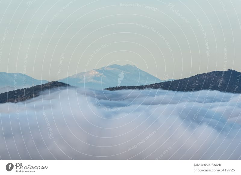 Klippen zwischen Wolken Berge u. Gebirge Gipfel Cloud Top Natur weiß Himmel Umwelt Hügel Kamm Ansicht idyllisch hoch Saison Felsen Ambitus Landschaft