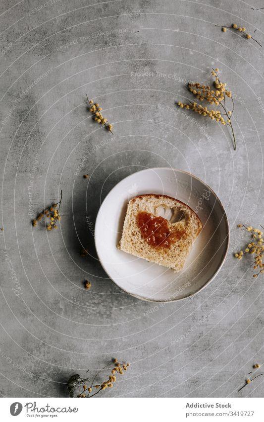 Leckeres Brot mit Marmelade zum Frühstück Brioche Lebensmittel geschmackvoll lecker frisch süß Dessert selbstgemacht Gebäck Mahlzeit Löffel dienen Speise Teller