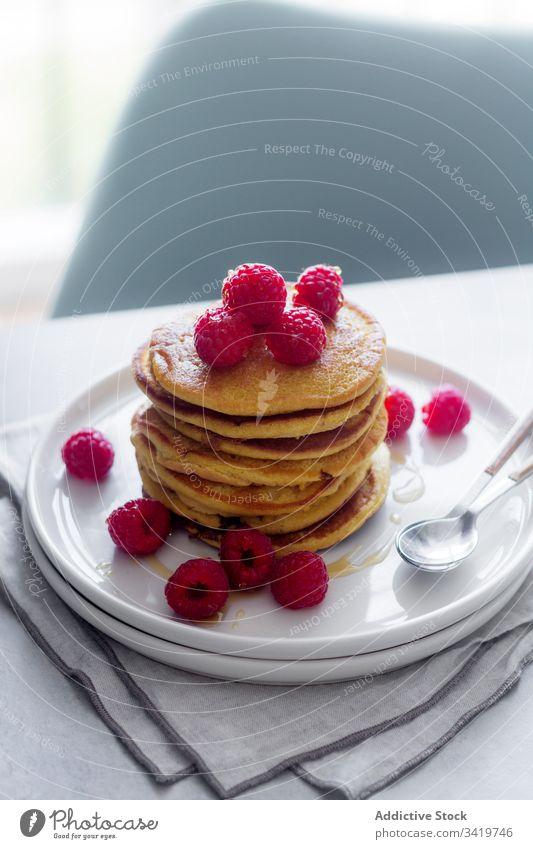 Leckere Pfannkuchen mit frischen Himbeeren Teller Löffel Dessert Frühstück Morgen lecker süß Lebensmittel geschmackvoll Gebäck Feinschmecker reif Beeren