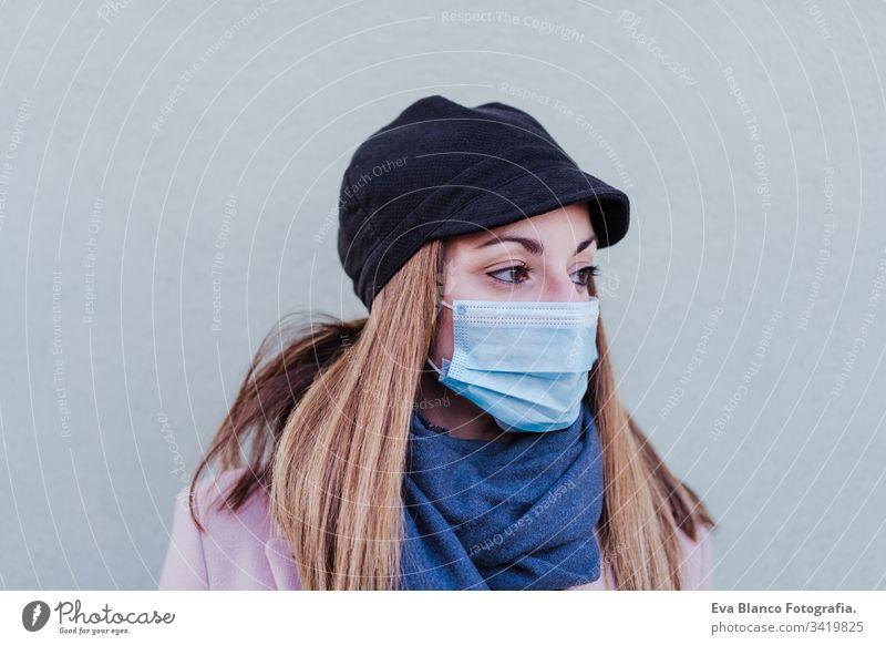 Weiße Frau auf der Straße mit Schutzmaske und Mobiltelefon. Coronavirus-Konzept Mundschutz Corona-Virus im Freien Handy Technik & Technologie Internet Kaukasier