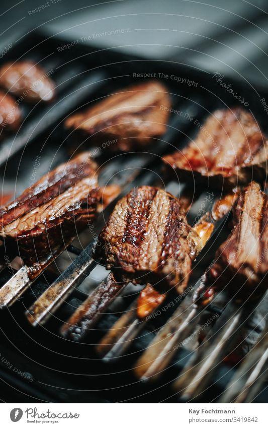 leckere Steaks auf dem Grill Barbecue Barbecue-Grill Grillen grillen Rindfleisch Essen zubereiten Abendessen Lebensmittel Raster Grillrost gegrillt erwärmen