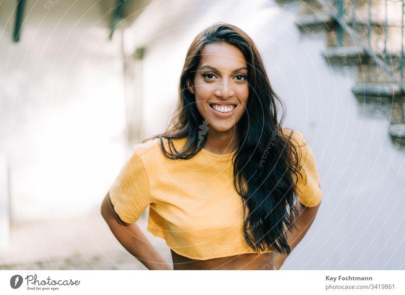 lateinamerikanisches Mädchen lächelt vor weißem Hintergrund 20s Erwachsener attraktiv schön Schönheit Brasilien brünett sorgenfrei lässig heiter Selbstvertrauen
