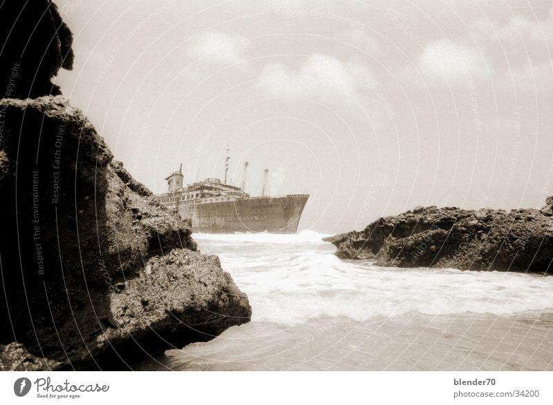 American Star im Nebel Wasserfahrzeug Felsen historisch verrotten Fuerteventura Kanaren