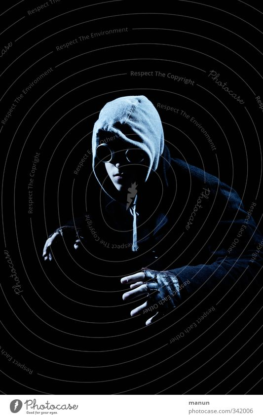 Brillenträger Nachtleben Feste & Feiern Halloween drohend angriffslustig fangen Krimineller Mensch Junger Mann Jugendliche Erwachsene Leben 1 Kapuze vermummt