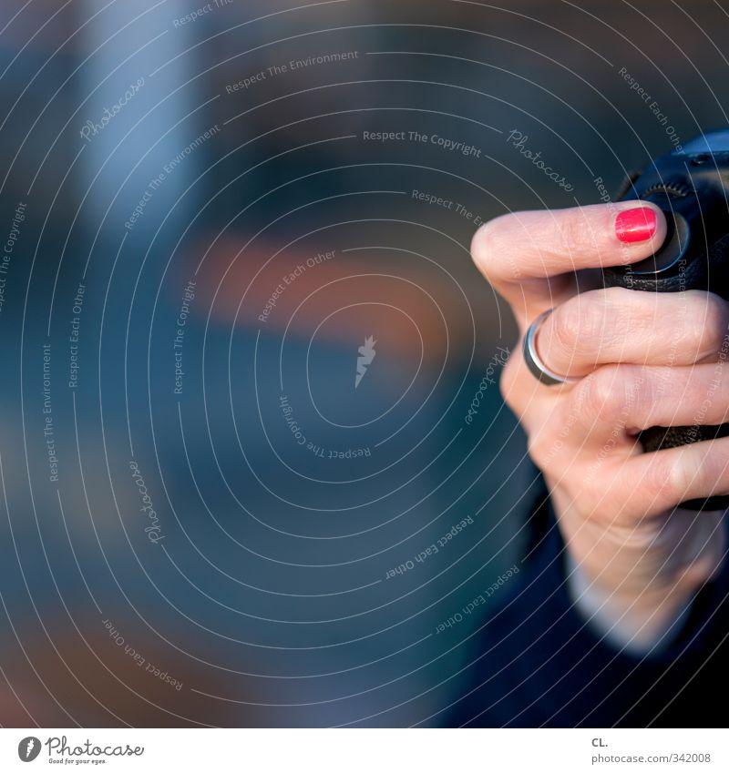 auslöserin Freizeit & Hobby Ferien & Urlaub & Reisen Tourismus Ausflug Sightseeing Fotokamera Mensch feminin Frau Erwachsene Hand Finger 1 18-30 Jahre