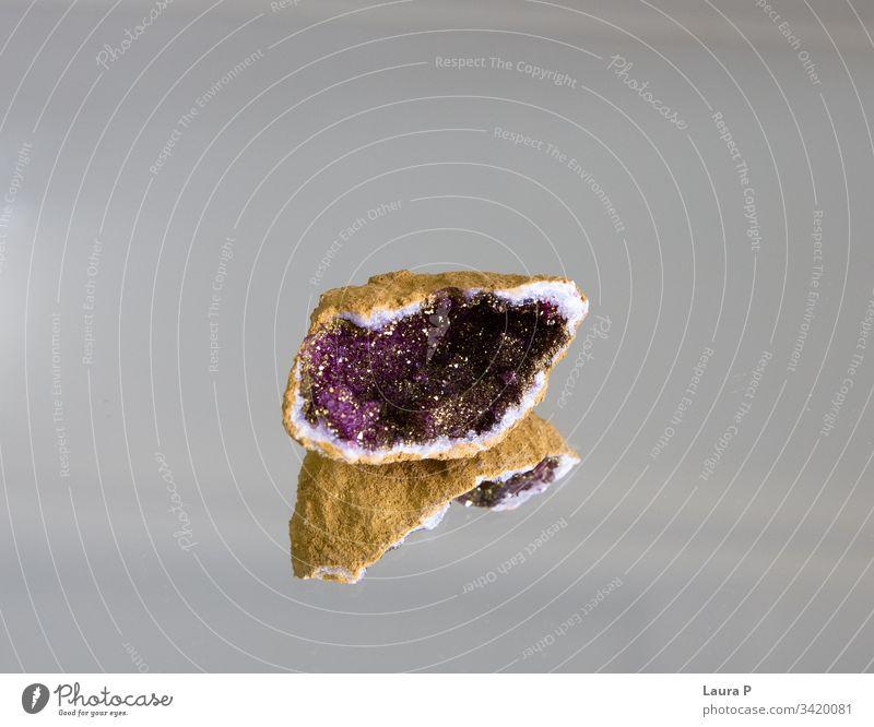 Ein natürliches violettes Mineral Glanz magisch Mineralogie Kristalle rau magenta Farbe strukturell Natur Geburtsstein farbenfroh fossil Dekoration & Verzierung