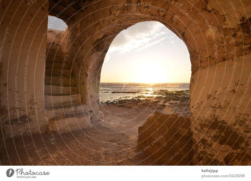 sidi kaouki Eingang Treppe Aufgang Torbogen Strand Küste Marokko Sidi Kaouki Urlaubsstimmung sonnenuntergang Atlantik Wellen Bogen Horizont Architektur