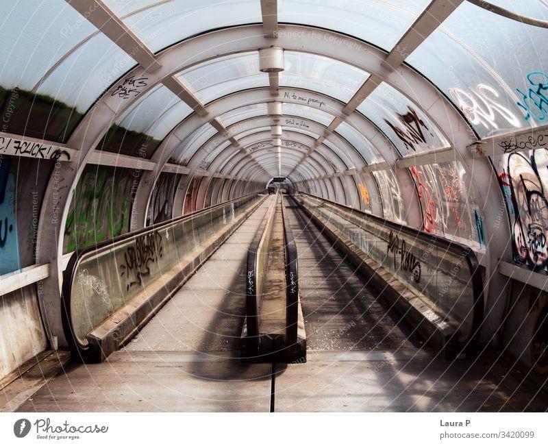 Leerer U-Bahn-Tunnel Saal Weg Eingang Bürogebäude Zentrum bauen Gang schwarz auf weiß errichten Hintergrund geometrisch Brücke Stahl Konzept Geschwindigkeit