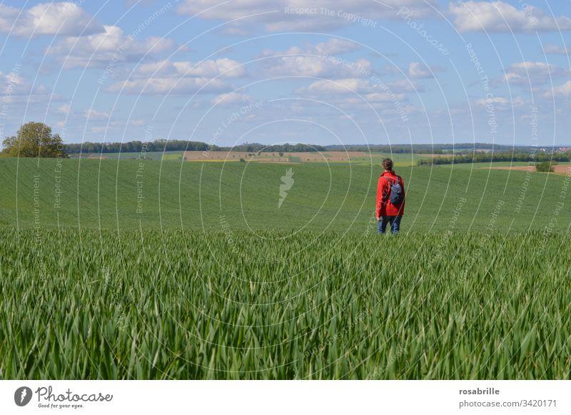 lebensnotwendig | mal rauskommen: Licht und Luft, Ausflug in die Natur wandern Spaziergang spazieren gehen Mensch Frau Rucksack Feld Acker Weite Durchatmen