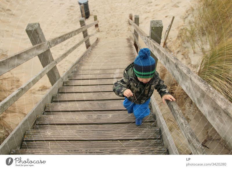 Junge beim Treppensteigen die Treppe hinauf Zukunftsbild Optimismus Kraft Tatkraft Erfolg Karriere Mut Willensstärke Entschlossenheit Gefühle Kinderspiel Leben