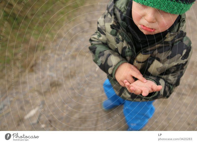 Kind mit Kratzer auf der Handfläche Weinen zerbeult blaue Flecken Schmerz Kinderspiel Kindheit Spiel Spielen Kindheitserinnerung Kindergarten Freizeit & Hobby