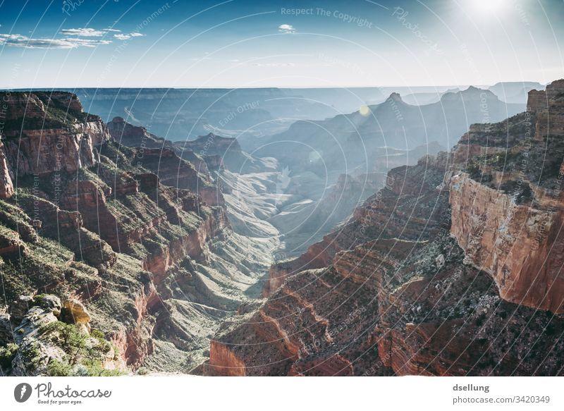 Blick in den Grand Canyon kurz vor Sonnenuntergang Abend Westen Urelemente Ausflug wandern Freiheit Fernweh Erde Stein Kontrast Sommer Berge u. Gebirge