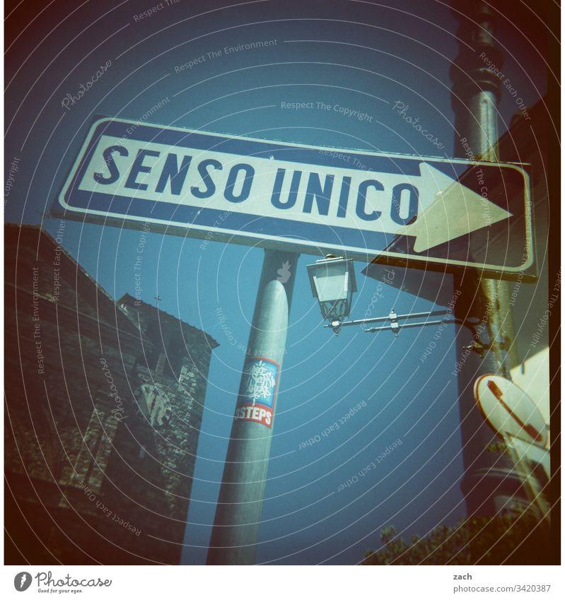 Doppelbelichtung einer Straße in Italien mit einem Straßenschild Einbahnestraße - analog Scan Dia Stadt Lomografie Holga Unschärfe Einbahnstraße