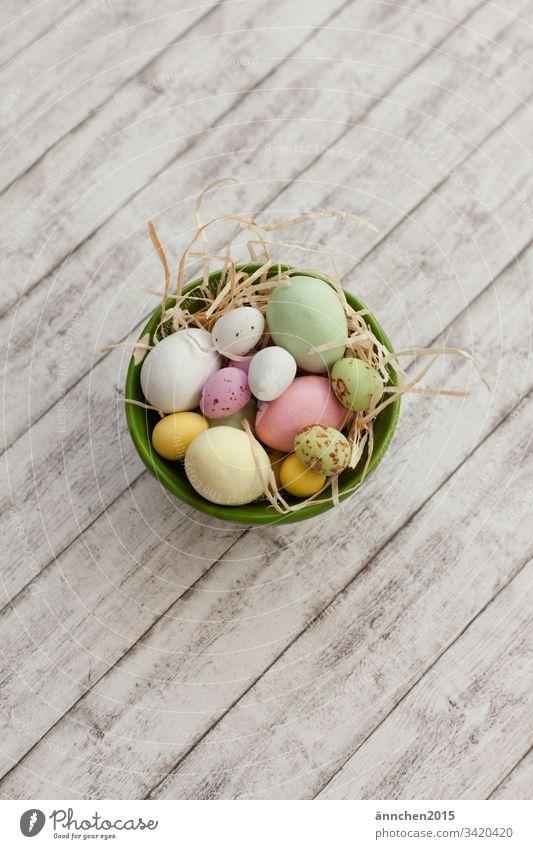 Osternestchen Frühling Ei Eier Schokolade Süßes Osterei Dekoration & Verzierung mehrfarbig Lebensmittel Tradition Feste & Feiern Natur Nest Innenaufnahme