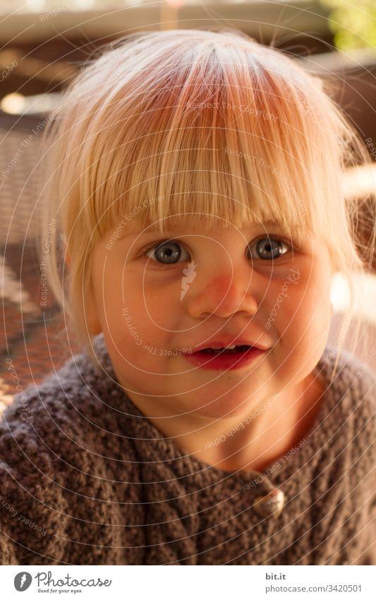 Das neue Pony mit einem Lächeln fesseln, wollte das kleine Mädchen. Haare & Frisuren glücklich Glück Fröhlichkeit fröhlich Kind Kleinkind blond portrait Freude