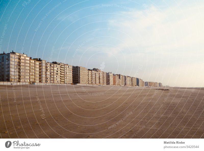 Häuserreihe am Strand Haus Reihe Sand weite Ferne leer Küste Horizont Ferien & Urlaub & Reisen Menschenleer Außenaufnahme Sommer Sommerurlaub Blauer Himmel