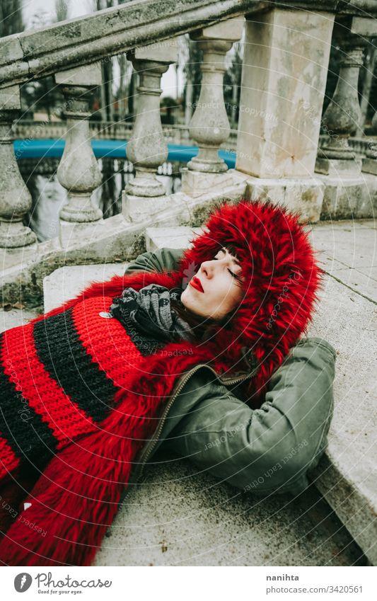 Junge, coole Frau mit ghotichem Stil an einem städtischen Ort urban Großstadt Winter Kleidung gothic Felsen modern lässig anhaben trendy Kühle frisch Frische
