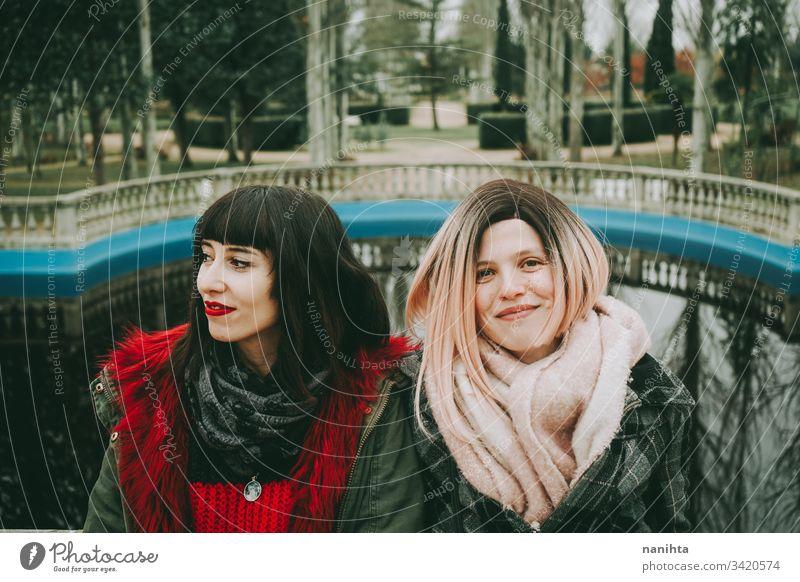 Zwei junge und ungezwungene Frauen verbringen Zeit miteinander Freunde trendy lässig Jugend Freundschaft zwei Zusammensein urban im Freien lustig genießen