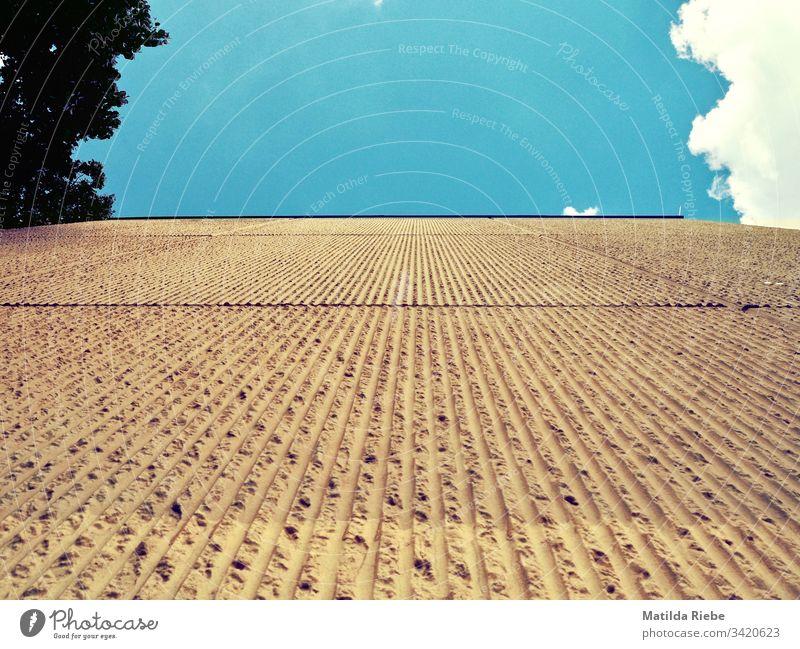 an einer Hauswand hochsehen aufschauend Wand Strukturen & Formen Gebäude Fassade abstrakt Architektur Tag Linie blau Himmel Wolken Sinnestäuschung Muster