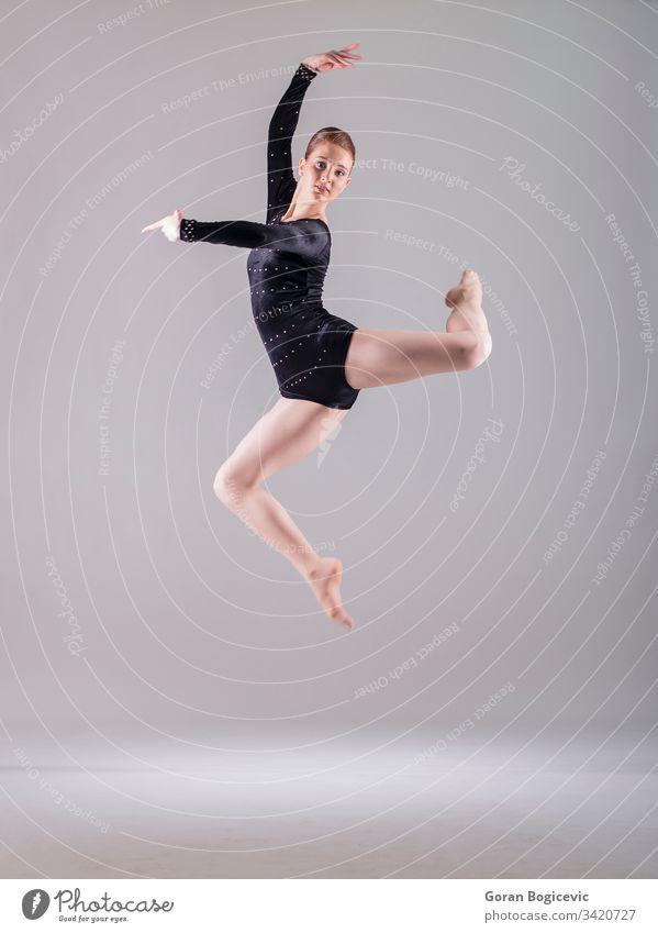 Ballerina Schönheit schwarz modern Gleichgewicht Mädchen Frau springen Person Fliege Kaukasier Körper menschlich niedlich Fuß eine aktiv jung Bein Erwachsener