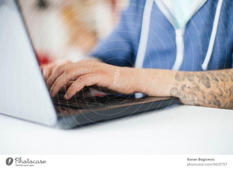 Freiberufler, die von zu Hause aus arbeiten Erwachsener Business Kaukasier Mitteilung Computer Schreibtisch gutaussehend Internet Laptop Lifestyle Blick