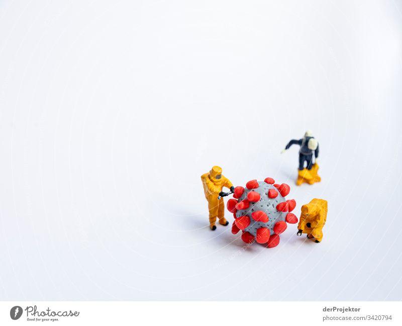 Bekämpfung des Corona-Virus mit Schutzkleidung coronavirus Virusinfektion Virusträger Miniatur kneten Schutzbekleidung Ansteckend ansteckungsgefahr Gefahr