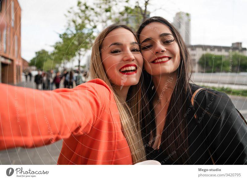 Zwei junge Freunde, die sich im Freien vergnügen. Porträt zwei Selfie heiter Straße Erwachsener Treffpunkt Mädchen reisen Frau urban Freizeit Freude Stil cool