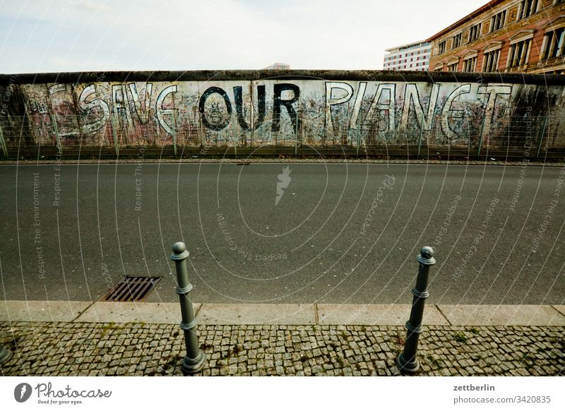 SAVE OUR PLANET außen berlin berliner mauer grafitti menschenleer museum save our world schrift straße tagg textfreiraum topografie des terrors wall