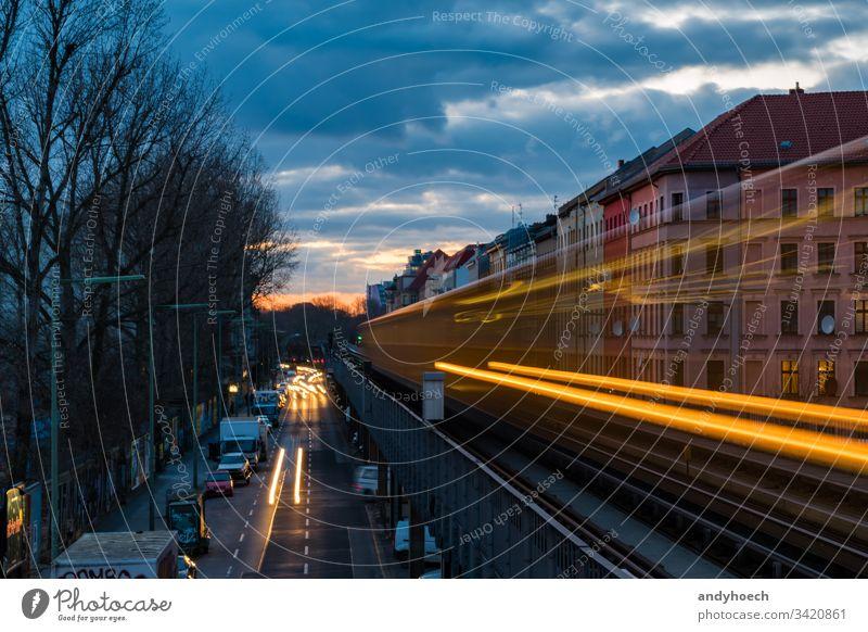 alte U-Bahn in Langzeitbelichtung Architektur Hintergrund Berlin Brücke Gebäude Business Kapital Autos Großstadt Wolken farbenfroh Abend Belichtung Fassade