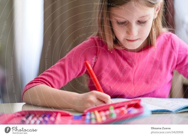 Konzept des Hausunterrichts, Quarantäne. Mädchen macht Hausaufgaben. schulisch Hintergrund Buch Kaukasier Kind Kindheit Klasse Computer Coronavirus Kurs