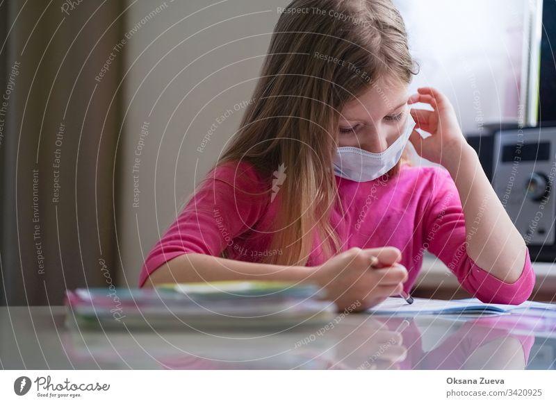 Coronavirus-Heimatschulkonzept, Quarantäne. Mädchen macht Hausaufgaben. schulisch Hintergrund Buch Kaukasier Kind Kindheit Klasse Computer Kurs niedlich