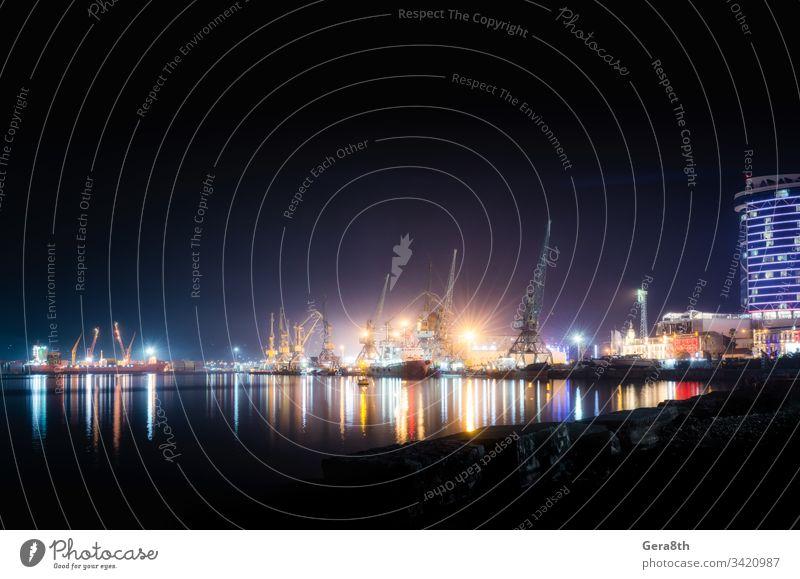Seehafen mit Schiffen und Lastkähnen in Batumi bei Nacht Georgien Architektur Lastkahn schwarz Boot hell Gebäude Großstadt Farbe Container Kranich Haus