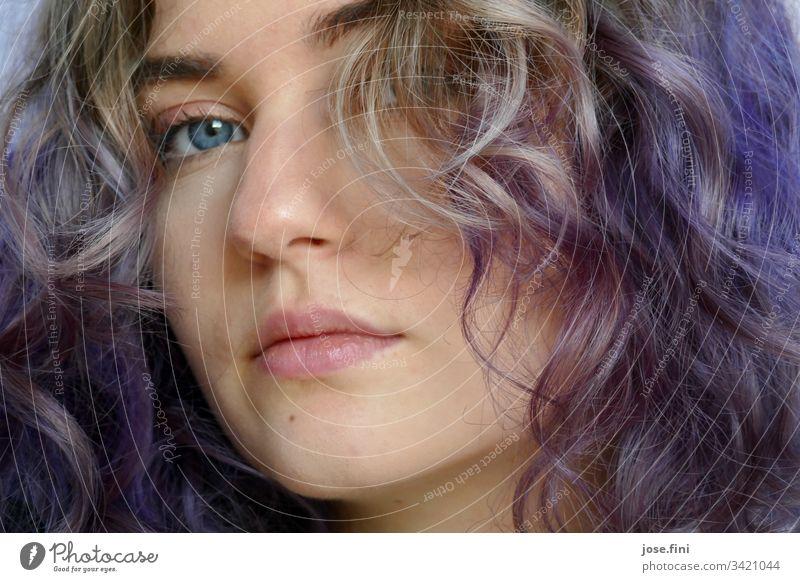 Mädchen mit violetten Haaren Junge Frau Jugendliche feminin Lifestyle Porträt Student authentisch Tag natürlich ruhig Neugier außergewöhnlich schön Ausstrahlung
