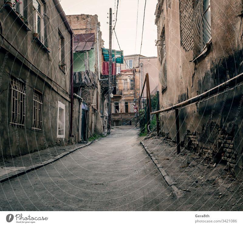 Slum-Altstadtstraße mit ruinierten Hütten Georgien Verlassen Architektur Balkon Bettler Baustein gebrochen Gebäude Großstadt Stadtbild Land Revier Tür leer Haus