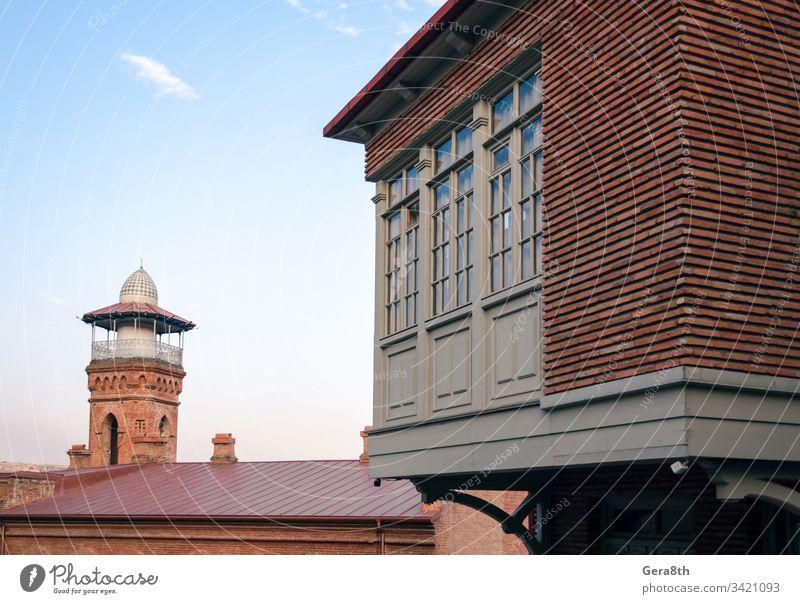 hoher alter Turm und modernes Gebäude mit Fenstern in Georgien Kaukasus Architektur blau Baustein Großstadt Wolken Farbe Eckstoß Tag Dom Haus Religion retro