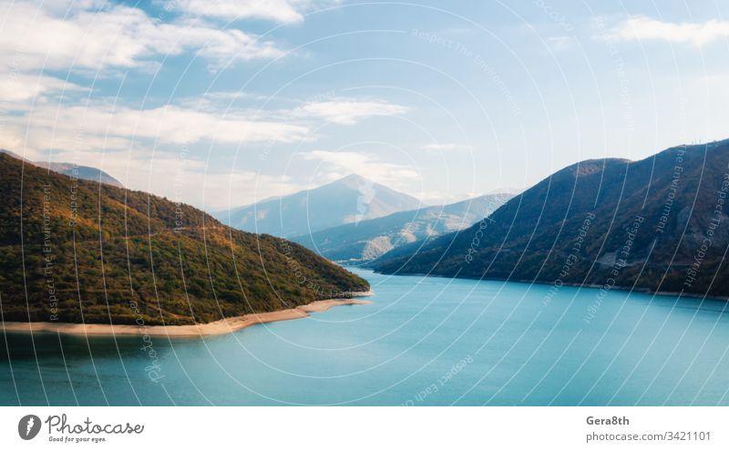 Herbstlandschaft der Berge und des Sees in Georgien Kaukasus Hintergrund blau hell Windstille Klima-Herbst Wolken Farbe Tag Nebel Wald grün Dunst Hügel Feiertag