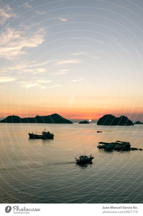Sonnenuntergang von der Insel Schönheit ba Hintergrund Strand schön Boot Katze Küste Farbe Fischen halong idyllisch Landschaft Licht Natur orange
