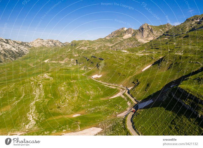 Durmitor Nationlapark Roadtrip Straße roadtrip bulli VW T6 VW Bus Montenegro durmitor Wiese Berge u. Gebirge Drohnenansicht Luftaufnahme hügelig Reisefotografie